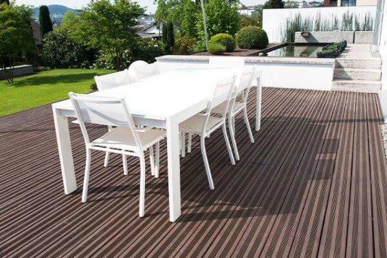 Holzterrasse mit Tisch und Stühlen » Braun Gartenform