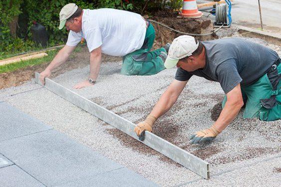Zwei Männer pflastern eine Terrasse » Braun Gartenform
